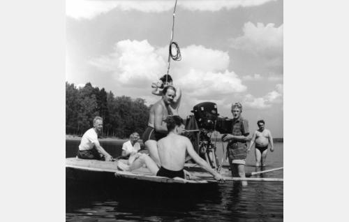 Kuvausta Tammelassa. Vas. sähköryhmän esimies Nils Gustafsson ja kuvaussihteeri Leena Valkeala, seisomassa kameran vasemmalla puolen kuvaaja Kalle Peronkoski ja oikealla kamera-assistentti Esko Kajonterä, taustalla oikealla ohjaaja Aarne Tarkas.