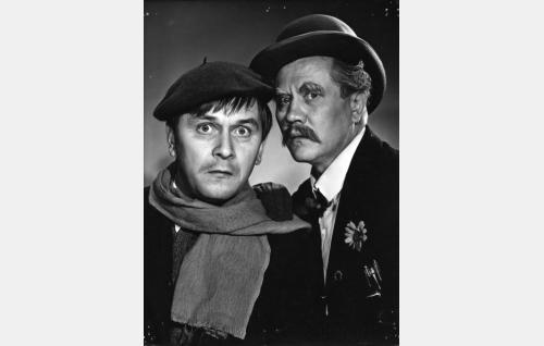 Isaskar Keturi (Hannes Häyrinen,oik.) ja aputoimittaja Mikael (Leo Jokela).