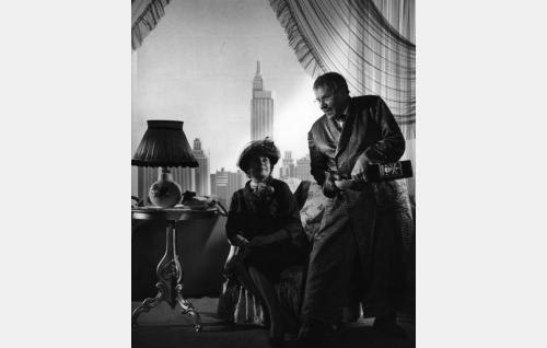 """Elokuvan takautumajaksoa: William Makinen (Edvin Laine) """"murhaa"""" toisen vaimonsa (Kirsti Ortola)."""
