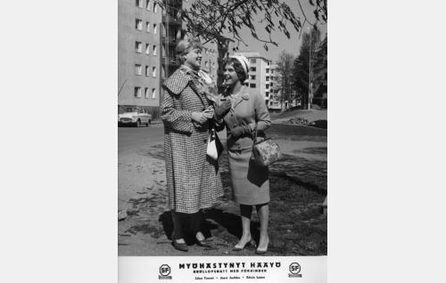 Kaija (Liisa Tuomi, oik.) ja hänen äitinsä, Lilli Sorjanen (Elsa Turakainen).