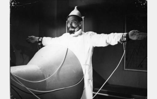 Tohtori Pujoparta (Toivo Mäkelä) testaa ammattiinsoveltuvuuslaitettaan.