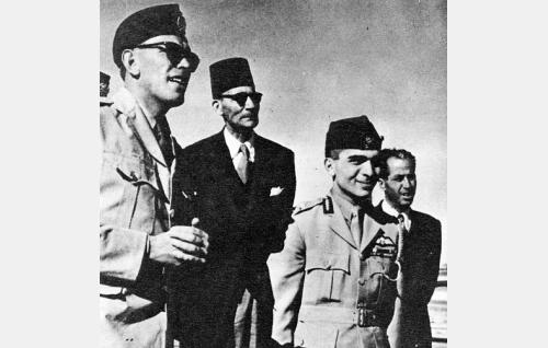 Jordanian kuningas Hussein (toinen oik.) Ammanin sotilaslentokentällä.