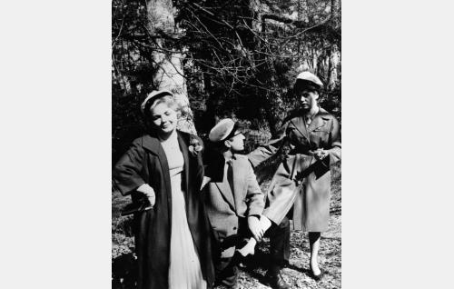 Anneli (Sirkka-Liisa Wilén), Saku (Helge Herala) ja Mirkku (Liana Kaarina) vappupäivän tunnelmissa.