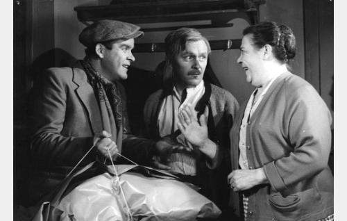 Varas Oskari (Risto Mäkelä), yövahti Anselmi (Leo Jokela) ja hänen vaimonsa (Siiri Angerkoski).