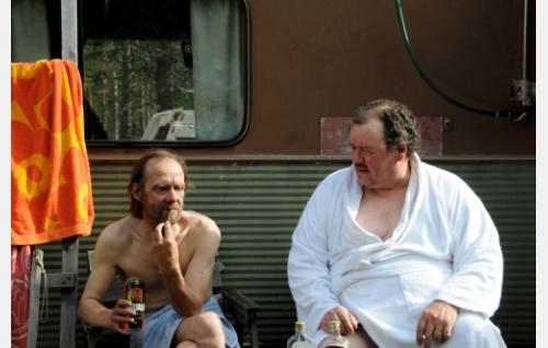 Miehet asuntovaunuun tehdyn saunan edustalla.Kuva: Oktober Oy.