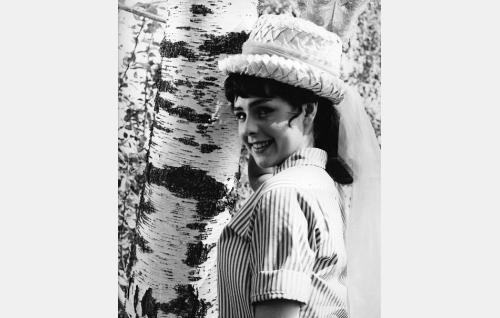 Mirja Halonen (Pirkko Mannola) hattuineen.