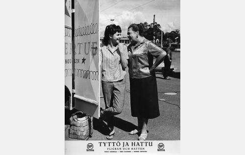 Mirja Halonen (Pirkko Mannola) ja rouva Maija Moilanen (Siiri Angerkoski).