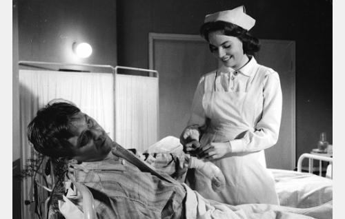 Potilas Kankkunen (Leo Jokela) ja sairaanhoitajana työskentelevä Helena Sinkko (Helena Lehtelä).