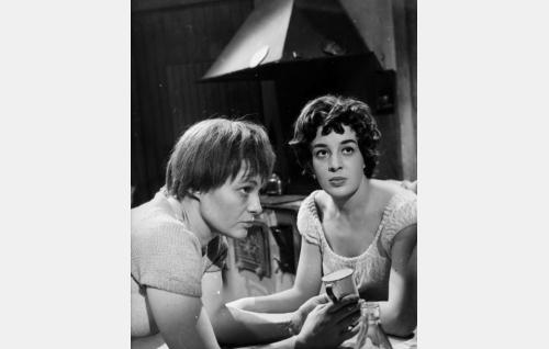 Ulla (Rauha Rentola) ja Meeri (Rose-Marie Precht).