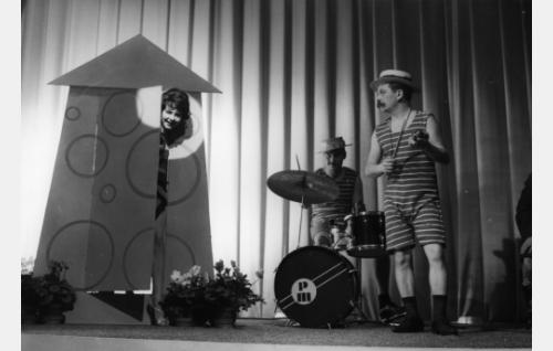 Pirkko Mannola esittää Pikku pikku bikinissä. Vierellä rumpali John Forsell ja lyömäsoittaja Leo Jokela.