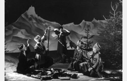Lauluyhtye Kylänpoikien Kaukaasia-esitys, keskellä tanssija Into Lätti.