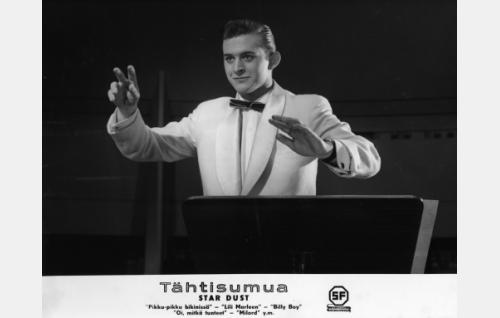 Esko Salminen johtaa orkesteria.