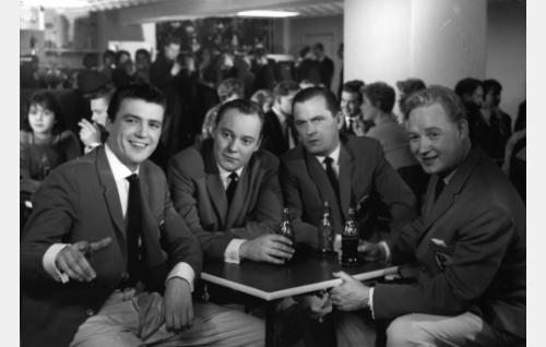 Pirkko Mannolan yhtye juomassa coca-colaa. Vasemmalta Kai Lind, John Forsell, Leo Jokela ja Eino Virtanen.