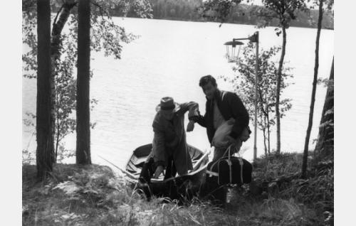 Pakolainen (Toivo Lehkonen) ja Kari (Ville-Veikko Salminen).