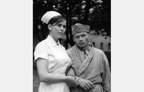 Sinikka (Pirkko Peltonen) työskentelee sairaanhoitajana sairaalassa, jonne pakolainen (Toivo Lehkonen) on sijoitettu.