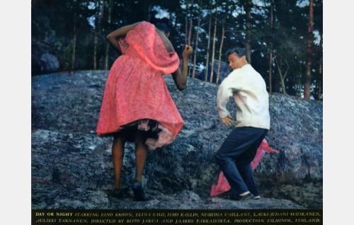 Sedanon sihteeri (Numidia Vaillant) ja tulkki (Lauri-Juhani Ruuskanen) humaltuvat ja alkavat tanssia.
