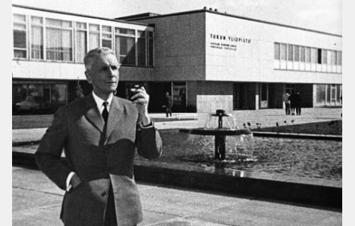 Professori Sedano (Eino Krohn) suomalaisen opinahjon maisemissa.