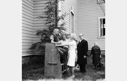 Professori Sedano  (Eino Krohn) tutustumassa kirkonkylän elämään.