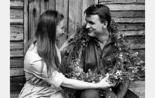 Mr. Lang, professori Sedanon assistentti (Ismo Kallio) kokee pienen romanssin korpitalon tytön (Aulikki Tarnanen) kanssa.