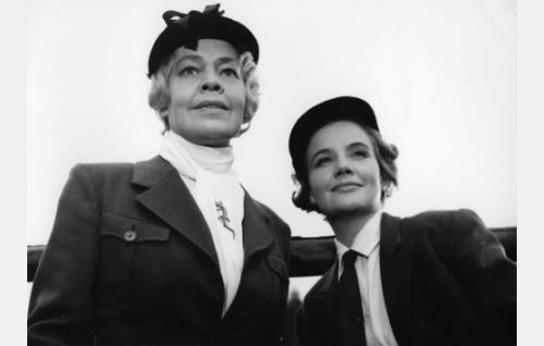 Kreivitär Agda von Sadelheim (Elsa Turakainen) ja hänen tyttärensä Thyra von Sadelheim (Maija Karhi).