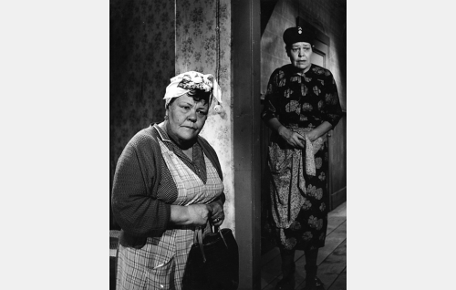 Rouvat Eeva Moisio (Elna Hellman) ja Lyyti Holopainen (Elsa Turakainen).