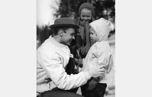 Erkki Sora (Stig Fransman) sekä hänen tyttärensä Lea (Susanna Wilska) ja Eva (Katriina Helkesalo, taustalla).