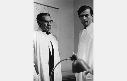 Ylilääkäri, professori Larsson (Arvo Lehesmaa) ja tohtori Kaarlo Arras (Yrjö Tähtelä).