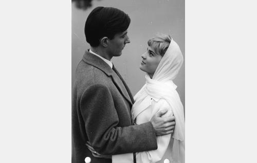 Tohtori Kaarlo Arras (Yrjö Tähtelä) ja hänen vaimonsa Elisabeth (Anita Sohlberg).