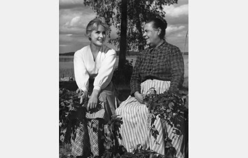 Ala-Halikon Liina (Tamara Lund) ja hänen äitinsä (Siiri Angerkoski).