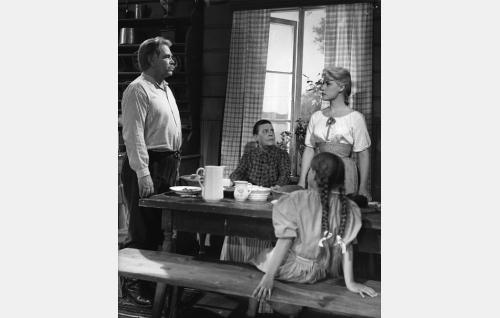 Ala-Halikon isännän Iivarin (Toivo Lehto) ja Liina-tyttären (Tamara Lund) mielipiteet ovat törmäyskurssilla. Ikkunan ääressä riitaa seuraa Ala-Halikon emäntä (Siiri Angerkoski) ja selin istumassa tytär Liisa (Riitta Pakarinen).