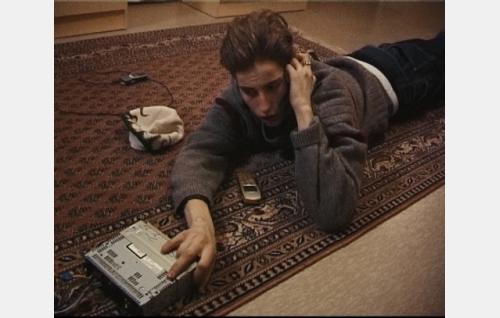Jani kauppaa puhelimessa varastamaansa autoradiota.  Kuva: Bronson Club Oy.
