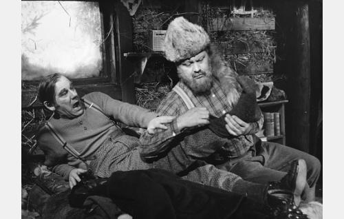 Posteljooni Taneli Torvi (Pentti Irjala) on loukannut jalkansa turkismetsästäjä Eemelin sudenrautoihin.