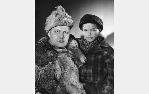 Turkismetsästäjä Eemeli nuoren apulaisensa Pekka Pohdon (Ilkka Liikanen) kanssa.
