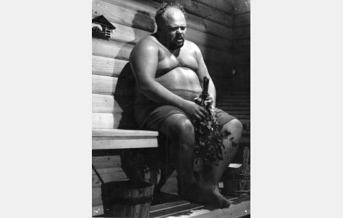 Leonard Weston alias Lawrence Walker (Juhani Kumpulainen)