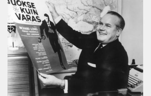 Vuosi 1965. Elokuvatuottaja Veikko Laihanen ensimmäisen suomalais-amerikkalaisen elokuvan tuottaja. Painotuore juliste hyväksytään.
