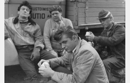 """Kuorma-auton kuljettaja Kale (Ville-Veikko Salminen), Rakennus-Tilda (Siiri Angerkoski), Paavo Korpela, """"Pave"""" (Esko Salminen) ja Eka (Pertti Roisko) tauolla."""
