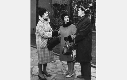 Maijan äiti (Elsa Turakainen), Maija Koskinen (Eila Peitsalo) ja arkkitehti Matti Koskinen (Matti Ranin).
