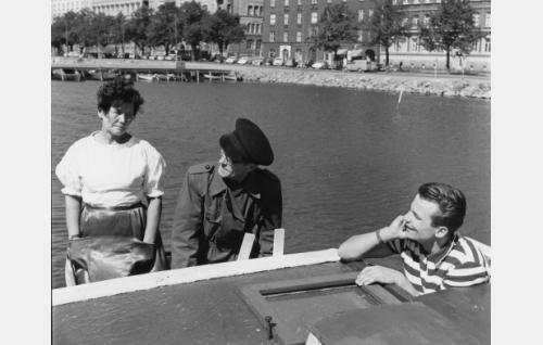 """Kipparin vaimo (Lempi Miettinen), kippari (Smerts Siren), Reijo Taipale, laulaja, """"laivapoika"""" (Reijo Taipale)"""
