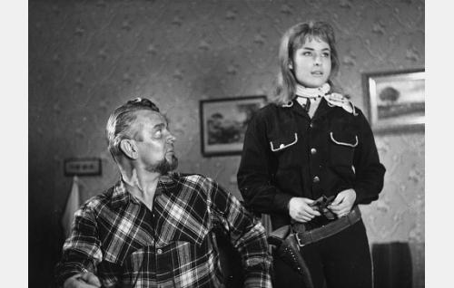 Jäärä (Kalervo Nissilä) ja tämän tytär Karin (Tamara Lund).