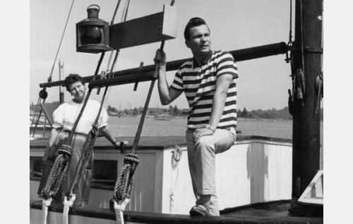 """Kipparin vaimo (Lempi Miettinen) ja Reijo Taipale, laulaja, """"laivapoika"""" (Reijo Taipale)."""