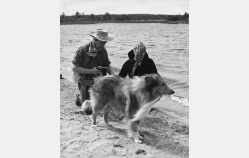 Tommi Vorna (Tommi Rinne), Joel Vorna (Åke Lindman) ja heidän koiransa Kim (Kim av Silfvertass).