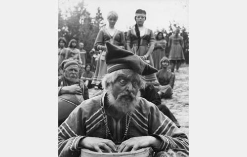 Salatun laakson tietäjä Juuso (Leevi Kuuranne). Taustalla Tapion Inga (Elina Salo) ja Pirita (Pirkko Mannola).