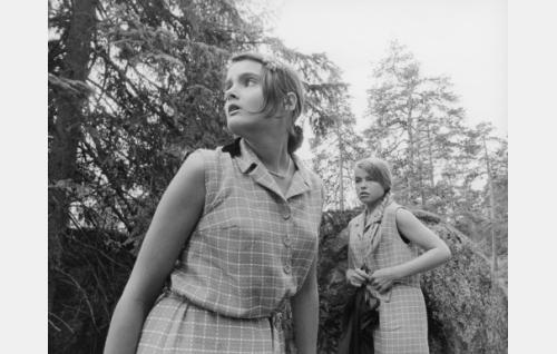 """Anja Halme, """"Punahilkka"""" (Kristiina Halkola) ja Tarja Nurminen (Petra Frey) lähdössä karkumatkalle."""