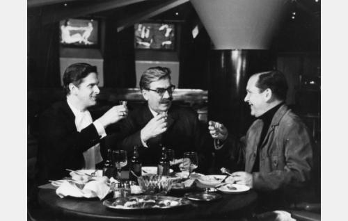 Hallitussihteeri Toivo Virta (Matti Ranin), Frans J. Palmu, eläkkeellä oleva komisario (Joel Rinne) ja ravintoloitsija Väinö Kokki (Leo Jokela).
