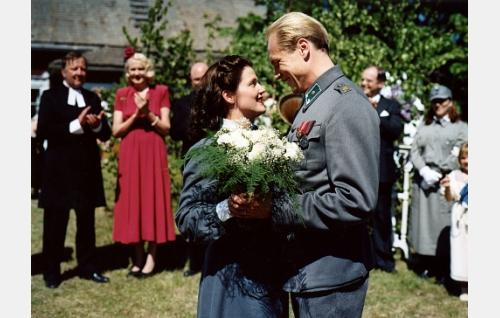 Annan (Karoliina Vanne) ja Lassen (Turkka Mastomäki) häät.