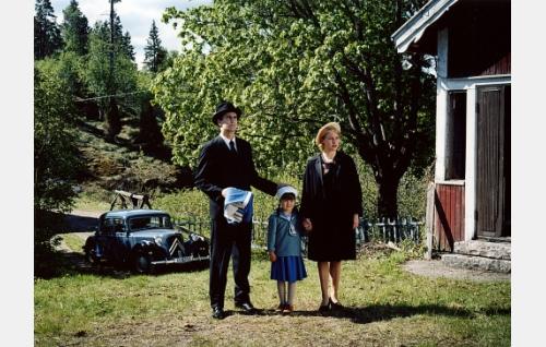 Mona (Laura Birn), Veikko (Ilkka Villi) ja heidän Anna-tyttärensä (Katariina Utriainen) Moisiossa 1956.