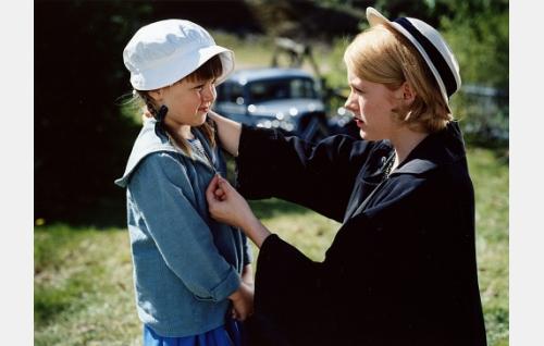 Mona (Laura Birn) ja hänen Anna-tyttärensä (Katariina Utriainen).