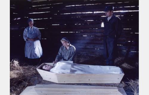 Kaatuneiden evakuointikeskuksessa Ruth (Hanna Lekander) jättää  jäähyväiset sulhaselleen Villelle (Kari Hietalahti). Taustalla Anni-mummo (Eeva-Maija Haukinen) ja Matti (Markku Peltola).