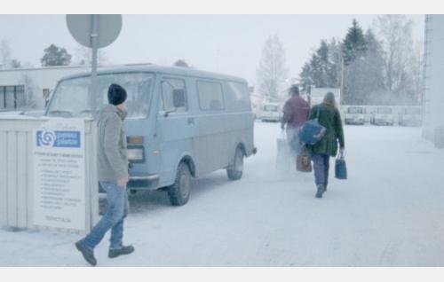 Toni (Teppo Manner), taidemaalari Luukkonen (Auli Mantila) ja Emppu (Tuomas Airola) matkalla. Kuva: Elokuvayhtiö Oy Aamu Ab.