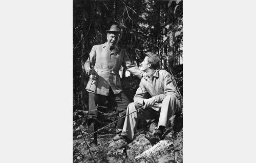 Patruuna Magnus Hakenhjelm (Helge Ranin) ja Jussi Palomaa (Rolf Labbart).